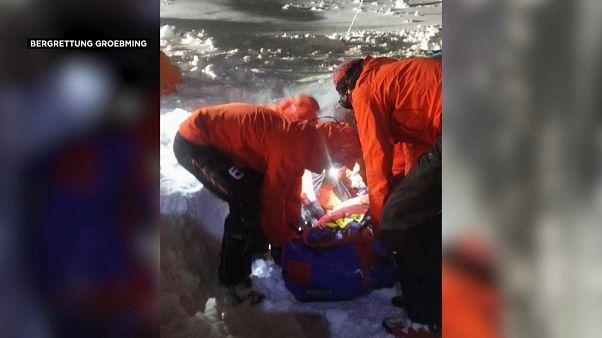 Öt órát töltött a hó alatt, mégis túlélte