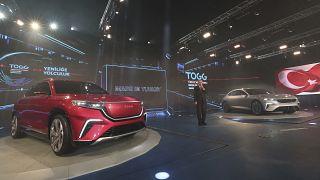 الرئيس التركي أمام نماذج السيارة الجديدة