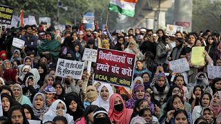 Delhi'deki Jamia Millia Islamia Üniversitesi öğrencileri 'Vatandaşlık yasasını' protesto ederken