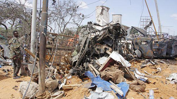 Több mint hetven emberrel végzett egy autóba rejtett bomba Szomáliában