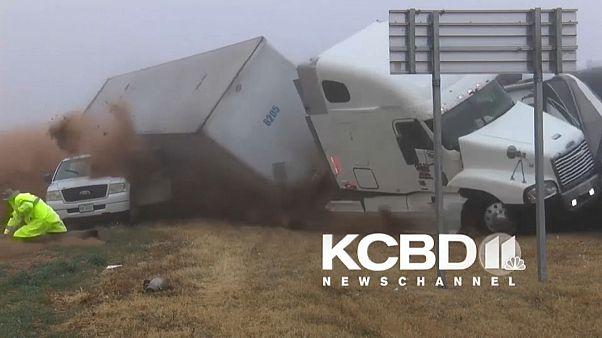 شاهد: شاحنة تخرج عن مسارها وتكاد تتسبب في كارثة