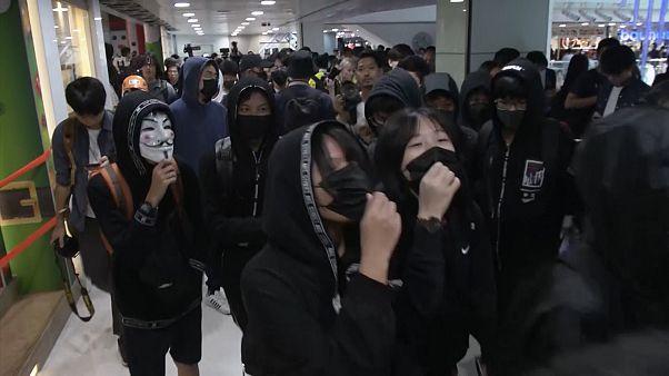 شاهد: اشتباكات بين المتظاهرين والشرطة في مراكز التسوق بهونغ كونغ