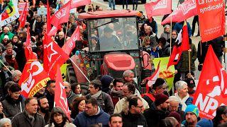 Manifestantes sindicales se reúnen en Bayona, al suroeste de Francia, el sábado 28 de diciembre de 2019.
