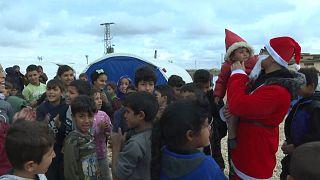 """شاهد: """"بابا نويل"""" يدخل البهجة إلى قلوب أطفال مخيم واشوكاني بالحسكة"""