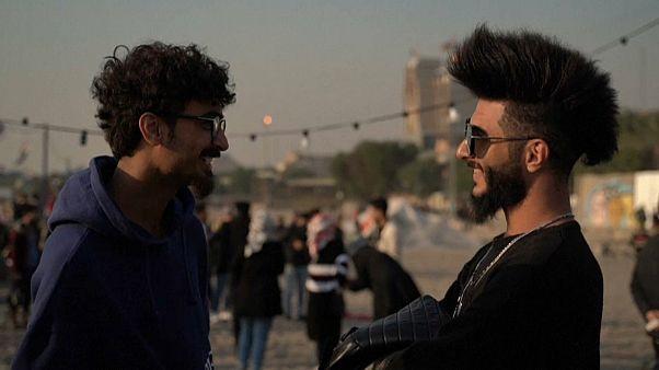 """""""ثورة"""" العراقيين تصل إلى الشعر أيضا ... تسريحة """"عرف الديك"""" و""""الموزة"""" الأكثر شعبية"""