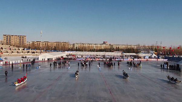 شاهد: انطلاق مسابقة قوارب التنين فوق بركة جليدية شمالي الصين