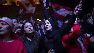 لبنانيون يتظاهرون أمام منزل رئيس الحكومة حسان دياب احتجاجا على تكليفه