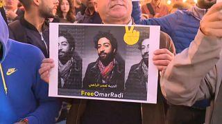 شاهد: مئات المغربيين يتظاهرون احتجاجاً على توقيف صحافي