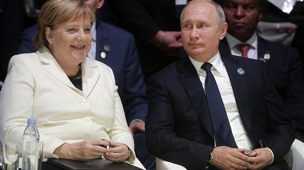 بوتين وميركل يرحبان بتبادل الأسرى بين كييف والانفصاليين