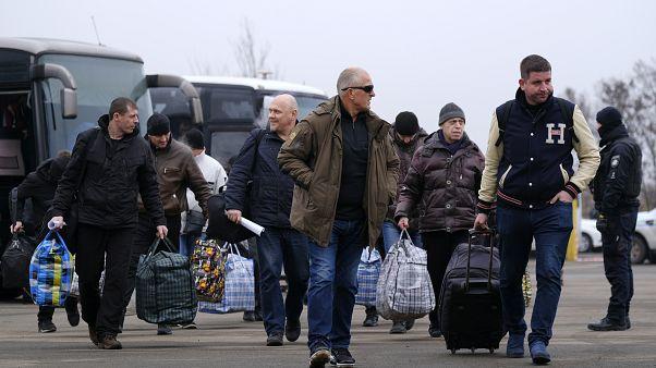 Ucrania y fuerzas prorrusas realizan intercambio de prisioneros tras el acuerdo alcanzado en París