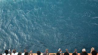 Kiköthet olasz partokon egy menekülteket szállító hajó