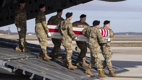 صورة أرشيفية لجنود أمريكيين يحملون نعشاً يحوي رفات الجندي مايكل غوبل من القوات الخاصة ا��ذي  قتل في أفغانستان في ديسمبر 2019