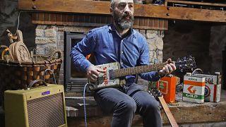 Ο μουσικός που φτιάχνει κιθάρες από... τενεκέδες