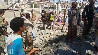 Míssil atravessa desfile militar e faz 10 mortos no Iémen