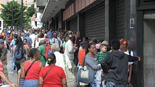 Venezolanos haciendo cola ante un comercio en Caracas