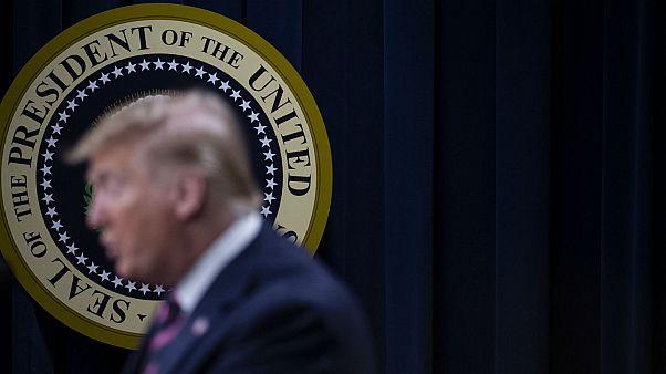 ترامب يتعرض لانتقادات حادة على خلفية كشفه اسم المخبر المفترض في قضية العزل