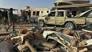 مقاتلون لحزب الله يتفقدون مقرهم عقب غارة جوية أمريكية في العراق