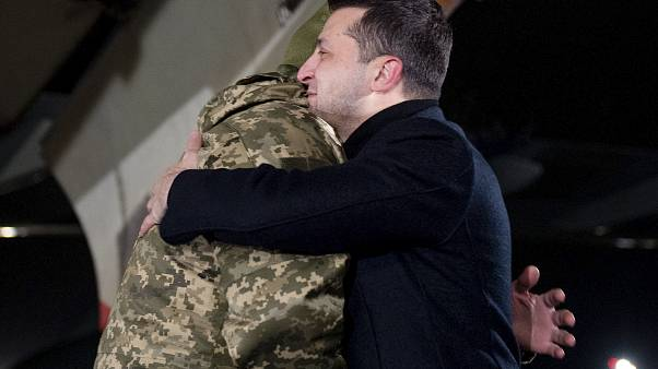 شاهد: عملية تبادل لأزيد من 200 أسير بين أوكرانيا والانفصاليين الموالين لروسيا