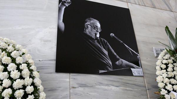 Στεφάνια  στην πολιτική κηδεία του Θάνου Μικρούτσικου
