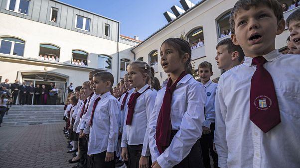 Diákok a Szent II. János Pál Iskolaközpont negyedévszázados fennállásának évfordulója alkalmából tartott ünnepségen 2019. október 22-én.