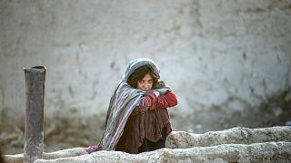Afganistan'ın başkenti Kabil'de Teymeni mülteci kampında bir kız çocuğu