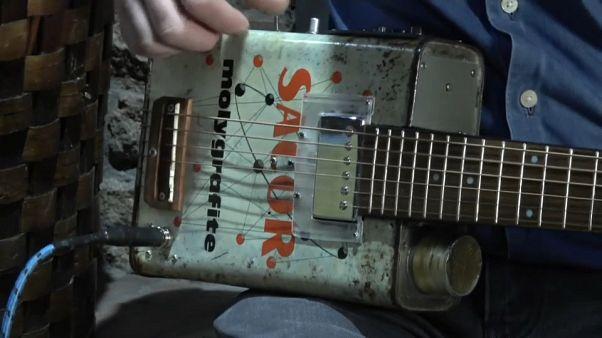 Latas hechas guitarras, todo un arte en Miranda de Duero