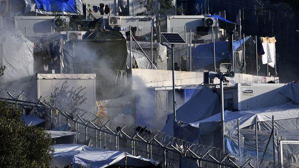 دخان من قنابل مسيلة للدموع في أحد مخيمات اللاجئين في ساموس اليونان 19 ديسمبر 2019
