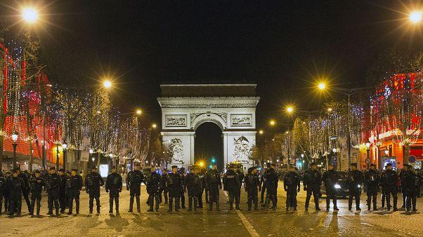 Párizs rendőrökkel készül a szilveszterre