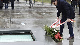 Матеуш Моравецкий в музее памяти поляков, которые спасали евреев в годы Второй мировой