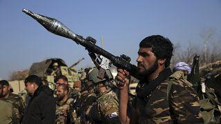 أفراد أمن قرب قاعدة باغرام الجوية التي تعرضت لهجوم في كابول بأفغانستان