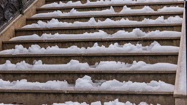 Σκάλες σκεπασμένες με χιόνι και πάγο