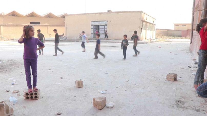 Urum Al-Kubrah, Syria bambini in un cortile dove è stata eretta una scuola temporanea