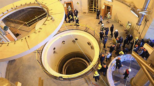 Рабочие на тяжеловодном ядерном реакторе в Араке
