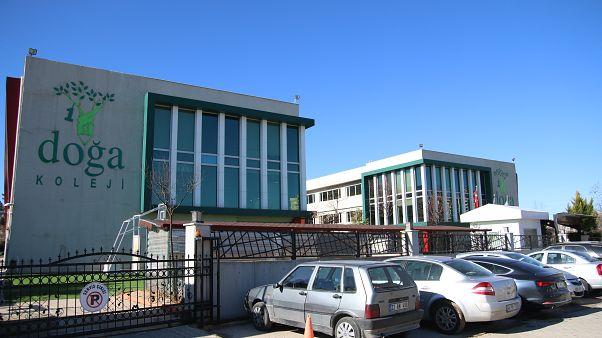 Gaziantep'te, Doğa Koleji'nin devriyle ilgili açıklamaların ertelenmesi veliler tarafından protesto edildi.