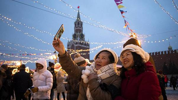 Turisti scattano un selfie in Piazza rossa