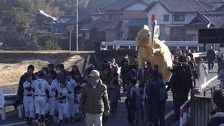 شاهد: يابانيون يرفعون تمثالاً ضخماً للفأر الذهبي احتفاء بحلول سنته