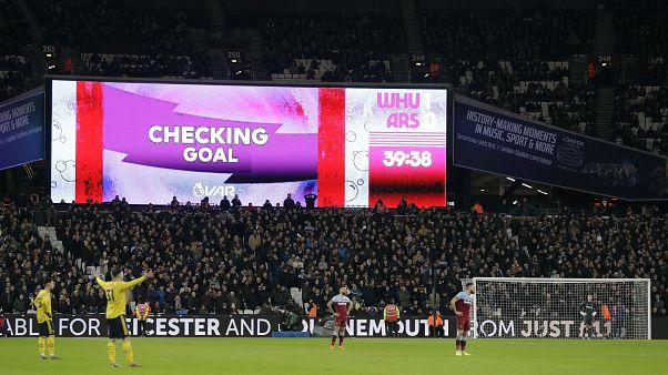 تقنية حكم الفيديو تثير جدلاً واسعاً في الدوري الإنجليزي