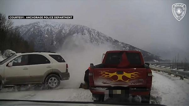 """عجز سائق السيارة البيضاء عن السيطرة عليها فانزلقت على الطريق السريع وكادت أن """"تحصد"""" روحاً"""