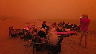 Australia lucha sin descanso contra cientos de incendios en el sur del país