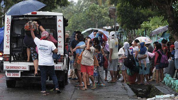 صورة من عملية إخلاء لسكان استعدادًا لإعصار في مقاطعة ألباي في الفلبين