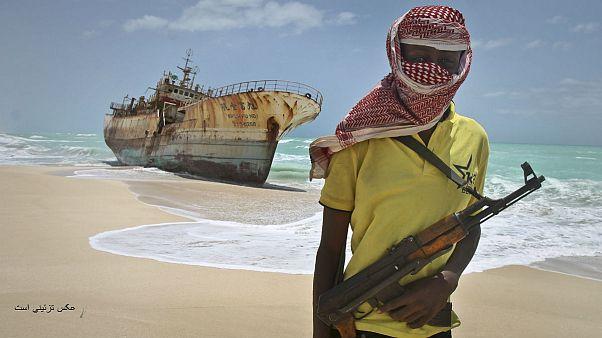 عکس یکی از دزدان دریایی سومالی که در سال ۲۰۱۲ به یک کشتی ماهیگیری تایوانی حمله کردند