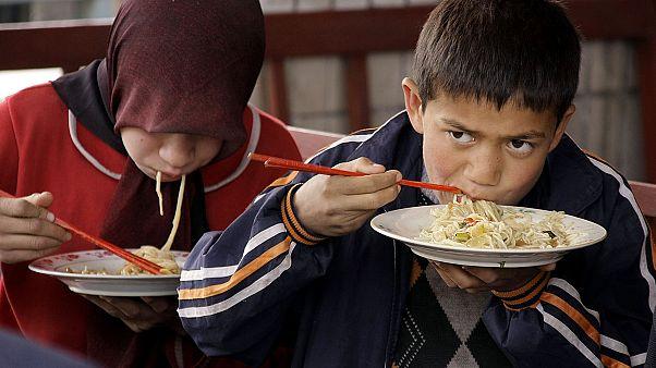 أطفال الأويغور يتناولون الغداء في شينجيانغ غرب الصين