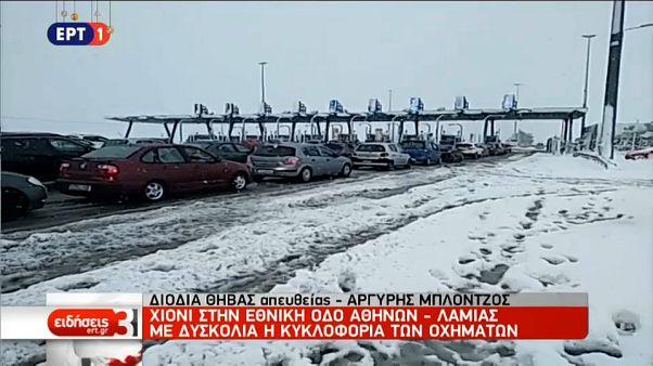 Schneechaos in Griechenland - Autofahrer sitzen 4-5 Stunden fest