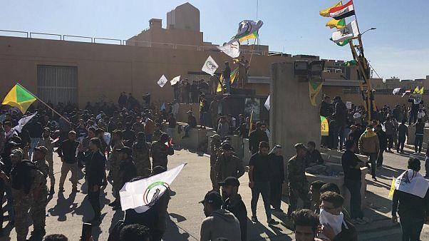 ABD'nin Bağdat Büyükelçiliği önünde toplanan Irak'taki Şii milis gücü Haşdi Şabi taraftarları elçiliğe girmeye çalışıyor