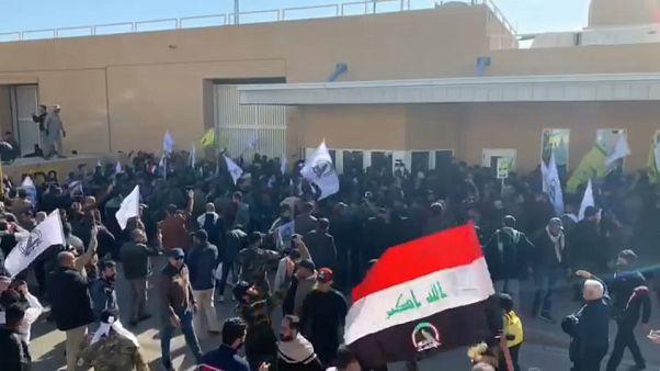 محتجون غاضبون يقتحمون السفارة الأمريكية في بغداد وقوات أمريكية تطلق عليهم الغاز المسيل للدموع
