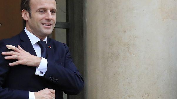 Macron spricht zu wütendem Volk