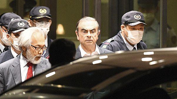 كارلوس غصن خلال مغادرته مركز احتجازه بعد دفعه لكفالة في طوكيو - اليابان /أبريل 2019
