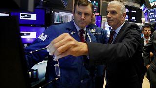 وزير المالية الإسرائيلي موشيه كاحلون، إلى اليمين خلال زيارة إلى بورصة نيويورك للأوراق المالية في يوليو 2019.