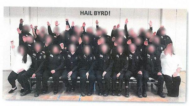 Nazi selamı veren stajyer gardiyanlar