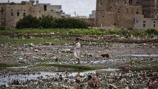 Yemen'de Husilerin resmi para yasağı nedeniyle emekli ve memurlar maaş alamıyor